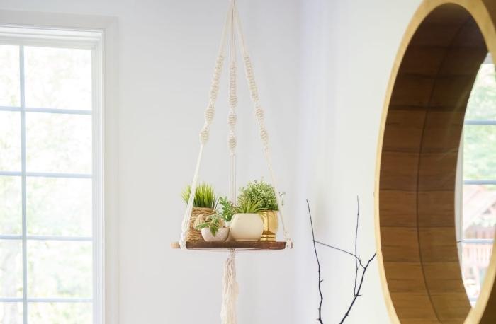 exemple de décor moderne dans un salon blanc aménagé avec meubles et accessoires de bois, modèle suspension plante en bois et macramé