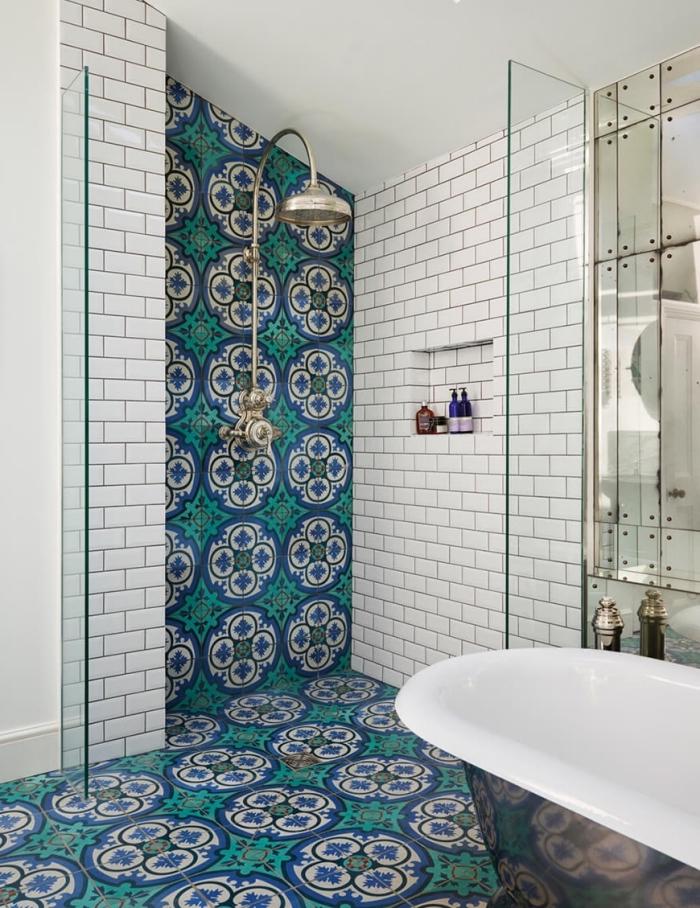 carrelage carreaux de ciment à larges motifs arabesques en bleu et vert minéral pour définir et mettre en valeur l'espace douche