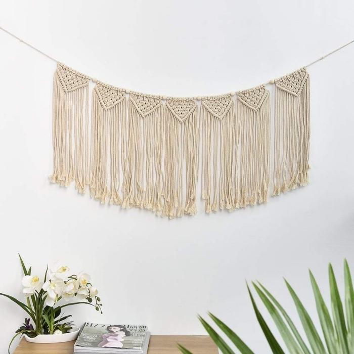projet créatif avec corde pour macramé, décor bohème dans un salon blanc avec suspension en noeuds macramé