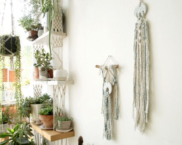déco de style jungalow avec une étagère DIY de bois et suspension en noeuds macramés, modèle déco murale en macramé