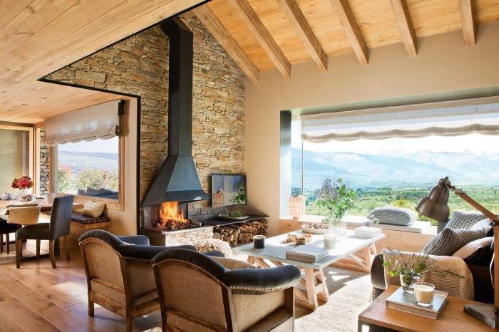 déco de style campagnard et rustique dans une maison de campagne aménagée avec meubles de bois et cuir, modèle plafond en bois avec poutres exposées