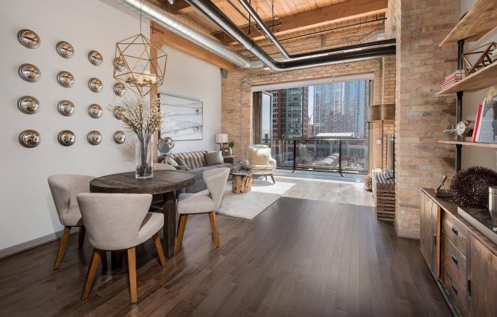 exemple de déco murale avec poutre decorative de bois clair, design intérieur style moderne avec éléments industriels