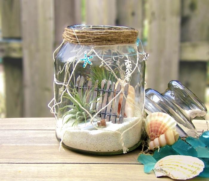 objet diy à design marin avec plantes vertes, modèle mini jardin de plage avec sable et plantes succulentes dans un bocal en verre