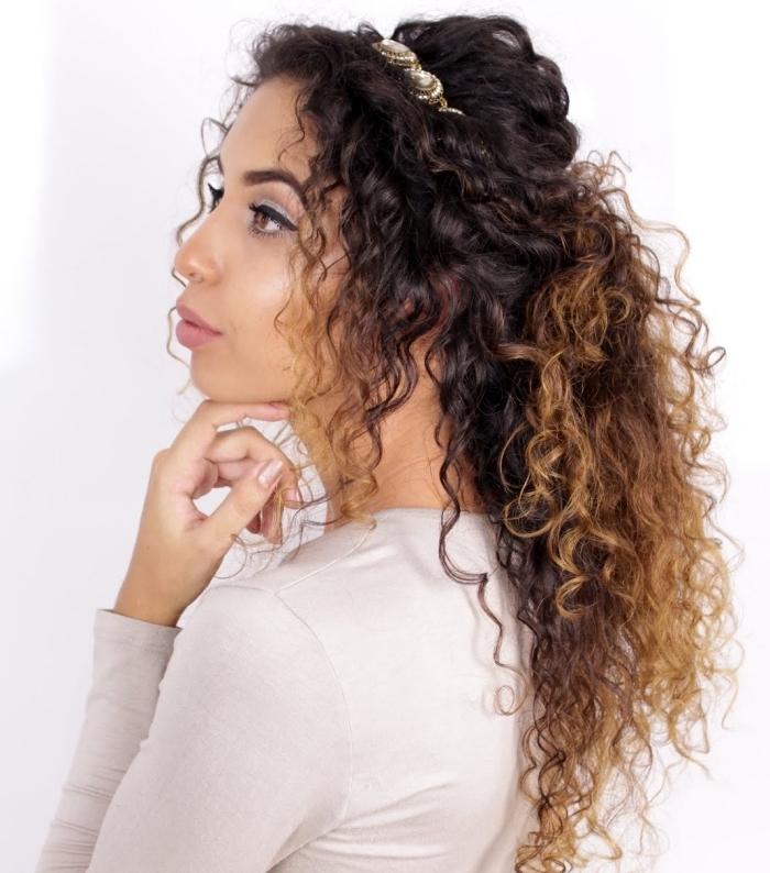 exemple de coiffure romantique aux cheveux mi-attachés en queue de cheval avec volume et accessoire sur le haut de la tête et mèches devant