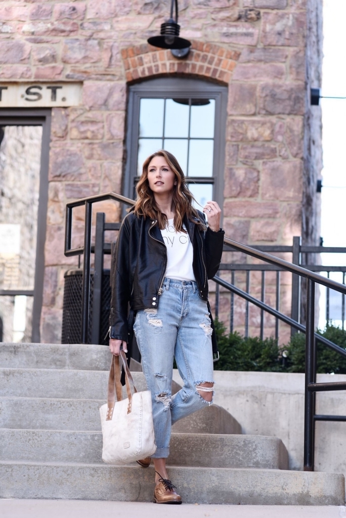 look décontracté en jeans troués combinés avec t-shirt blanc et une paire de chaussures derbies en marron
