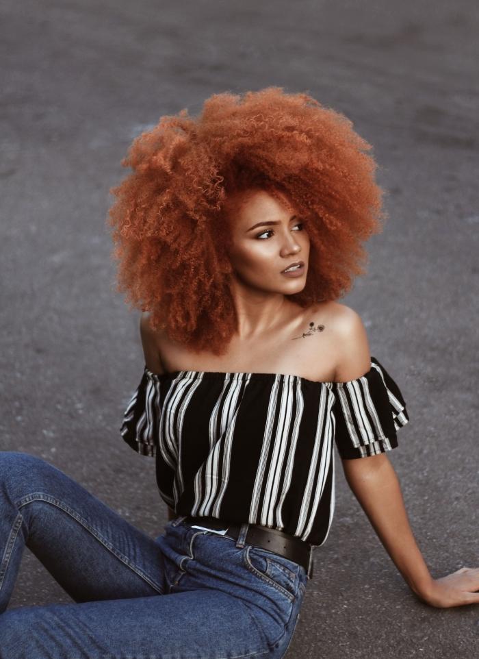 exemple de coiffure de style afro sur cheveux mi longs de couleur cuivrée, modèle coiffure blow out sur cheveux crépus