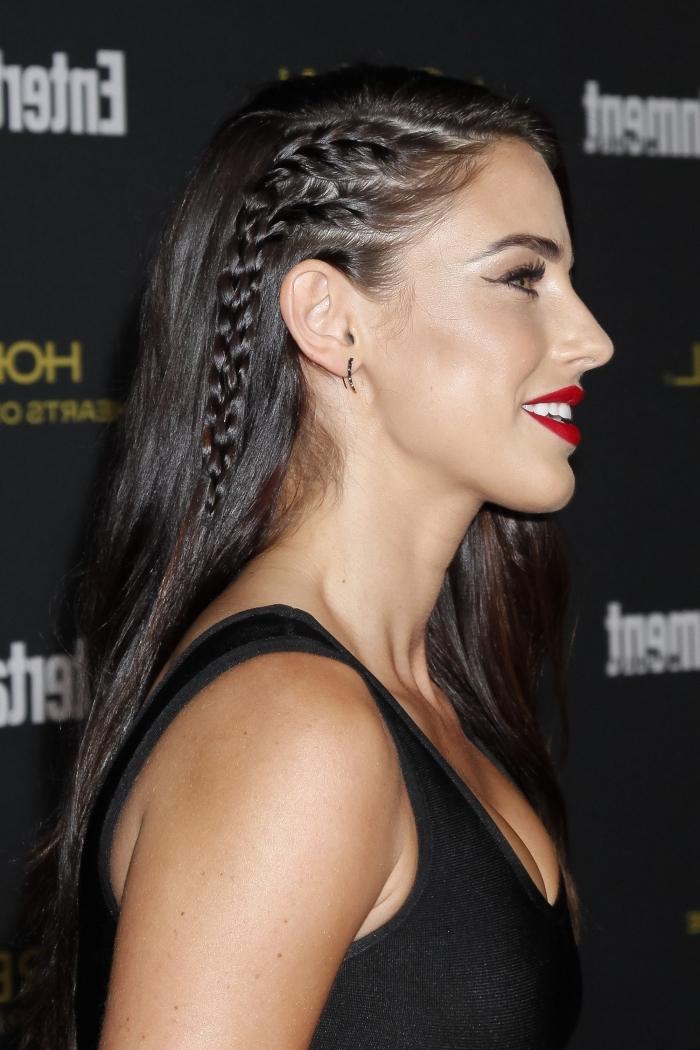 idée de coiffure pour cheveux longs et raids détachés avec petites tresses collées de côté, modèle coiffure de Jessica Lowndes