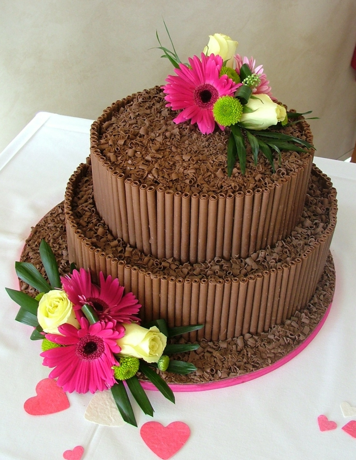 gateau anniversaire chocolat, décoration de fleurs colorées, patisserie élégante de deux étages