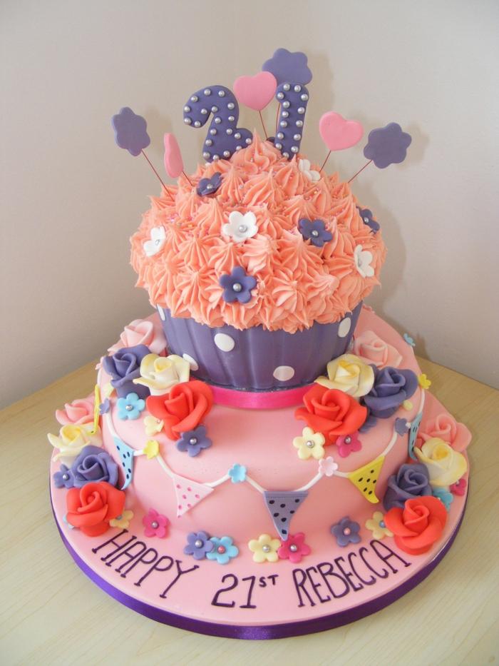 gateau à étages rose et orange, sculpture de cupcake sur le gâteau, inscriptions et fleurs comestibles