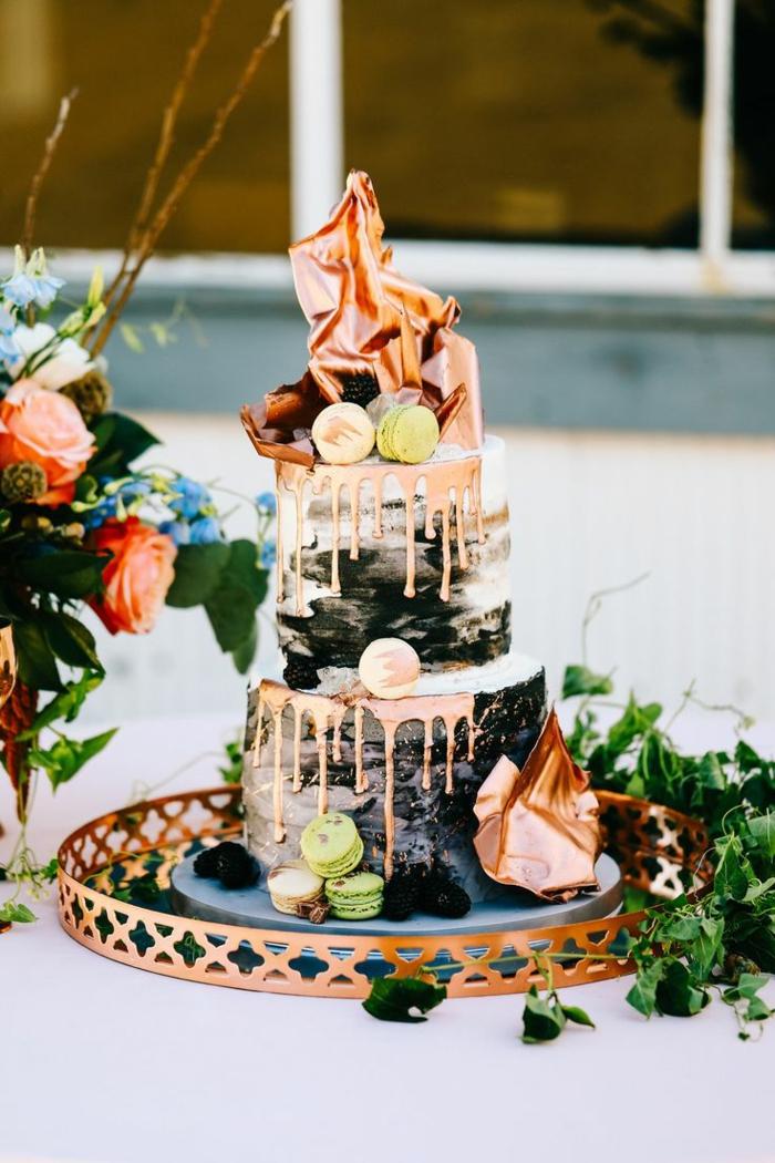photo de gateau d'anniversaire, gateau de trois étages, bouquet de fleurs, macarons en couleurs pastels