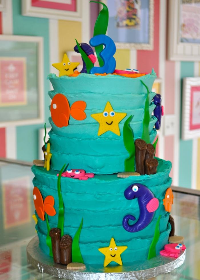 gateau bleu, piece montee avec figurines les habitants de la mer, gateau anniversaire enfant trois ans