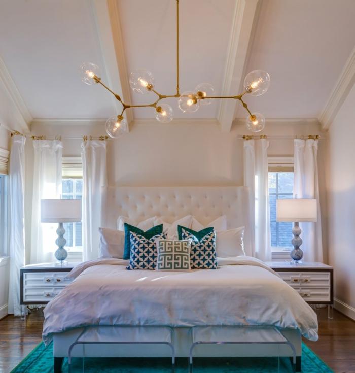 chambre romantique, lampe molécules, tête de lit blanche, coussins bleus et blancs, chevets avec rangement