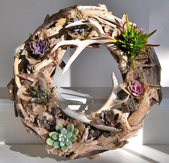 décoration avec bois flotté et succulents, une couronne de brindilles de bois