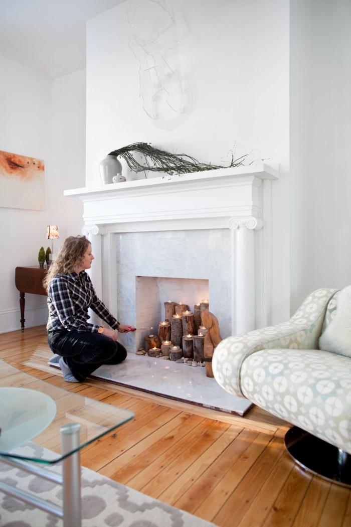 décor scandinave, sol en planches, peinture blanche, deco cheminee murale, bûches décoratives