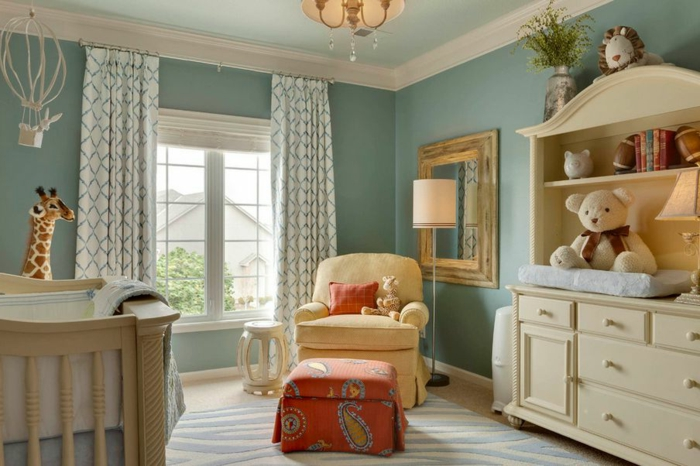 deco chambre enfant garcon bleu pâle, fauteuil beige crémeux, jouets en peluche, nounours et girafe