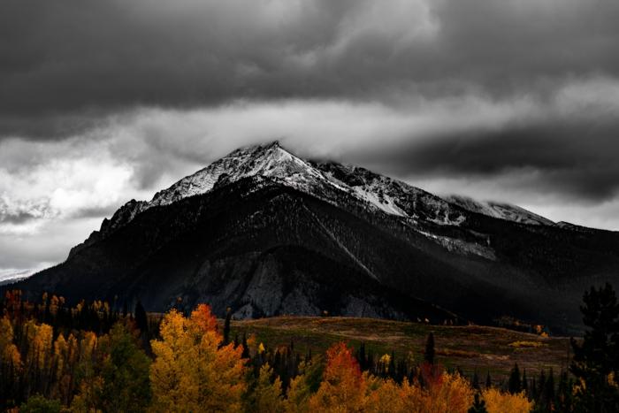 automne fond d'écran, nuages pré-orageux, montagne au sommet enneigé, arbres aux feuilles d'or