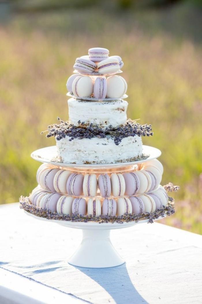 Le plus beau gateau du monde, pièce monté de macarons lavande et deux étages de gateau classique, image de gateau, idée de sujet gateau mariage