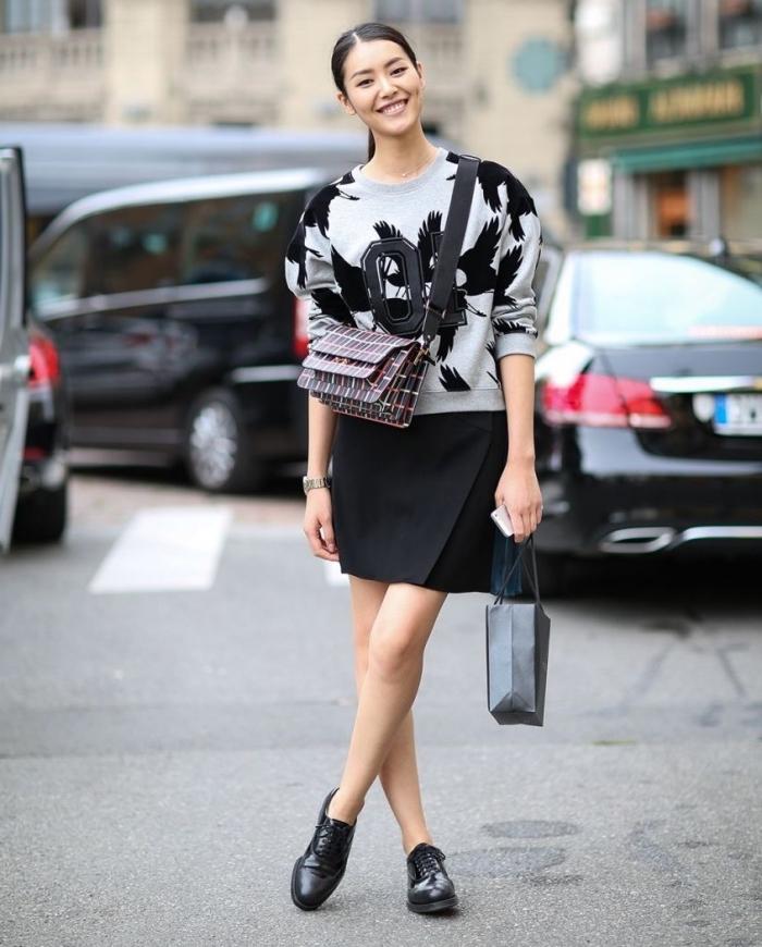 idée comment porter derbies femme noir avec une jupe courte et une blouse sport en gris et noir, modèle chaussures plates en noir