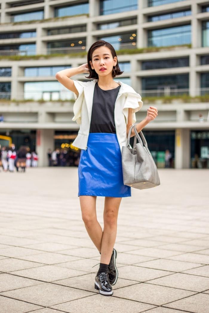 look moderne chic en jupe courte de couleur bleu flashy combiné avec top noir et une paire de derbies femme cuir