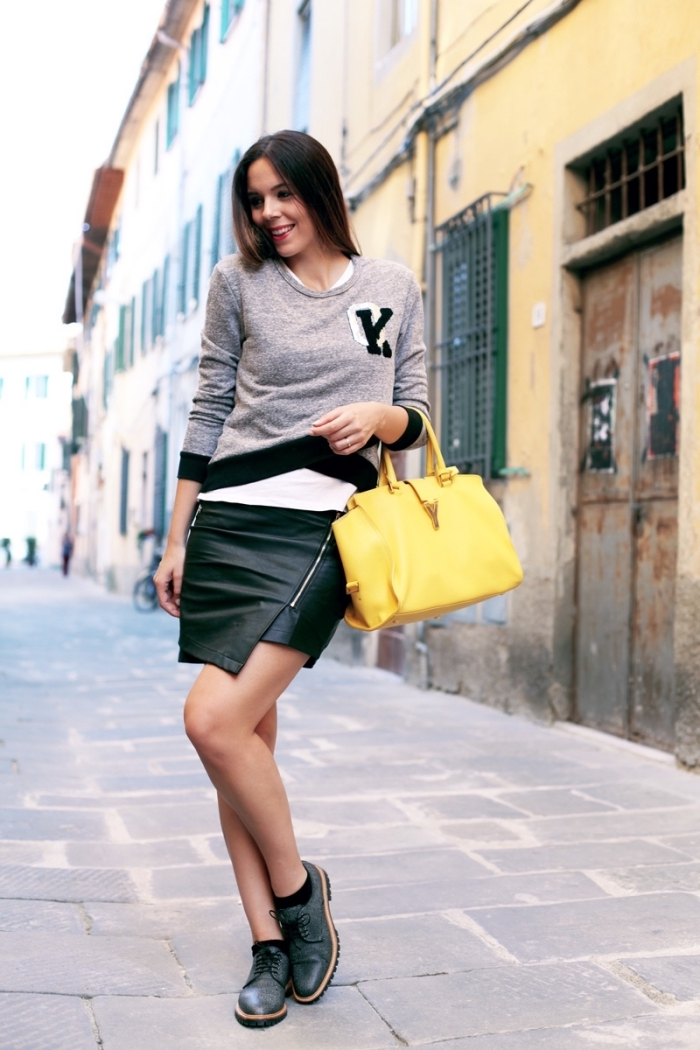 look en couleurs neutres avec un accessoire flashy, modèle de chaussures derbies combinées avec jupe courte et blouse grise