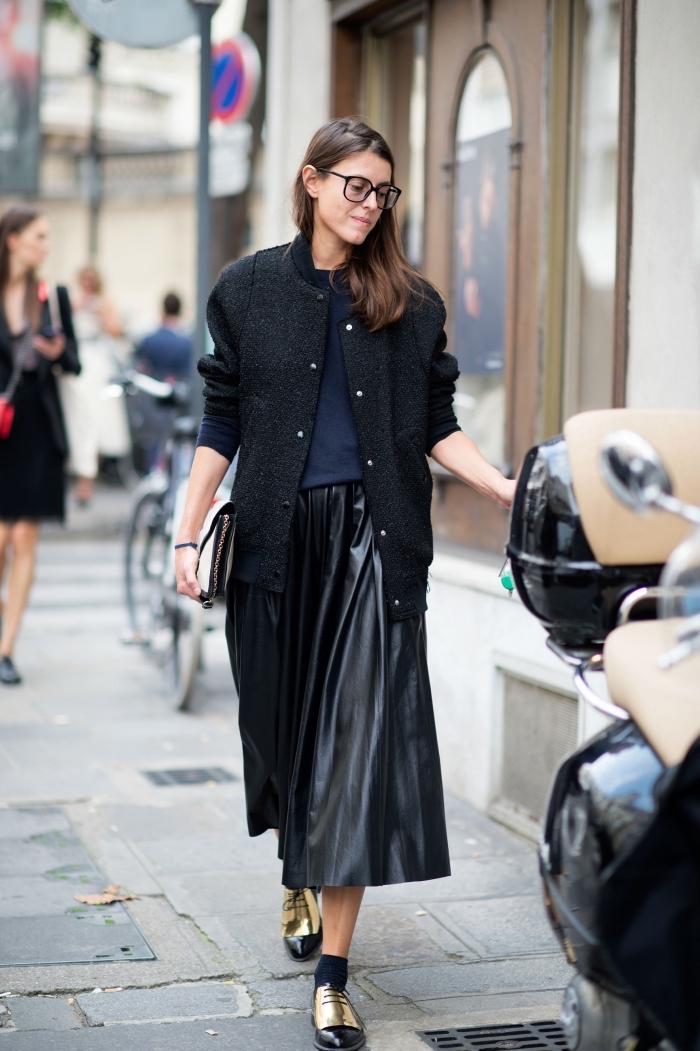 look total noir en jupe longue simili cuir combinée avec un manteau loose et une paire de derbies plats à design métallique or et noir