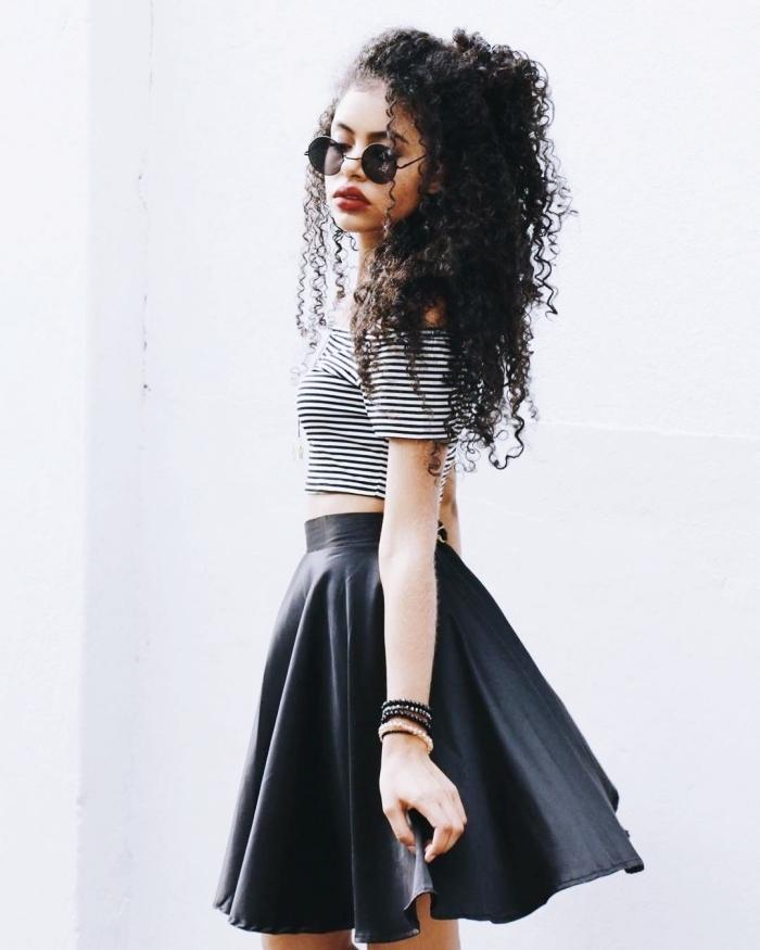 idée coiffure ado pour cheveux longs et crépus, modèle de coiffure cheveux mi-attachés avec mèches tombantes sur le devant