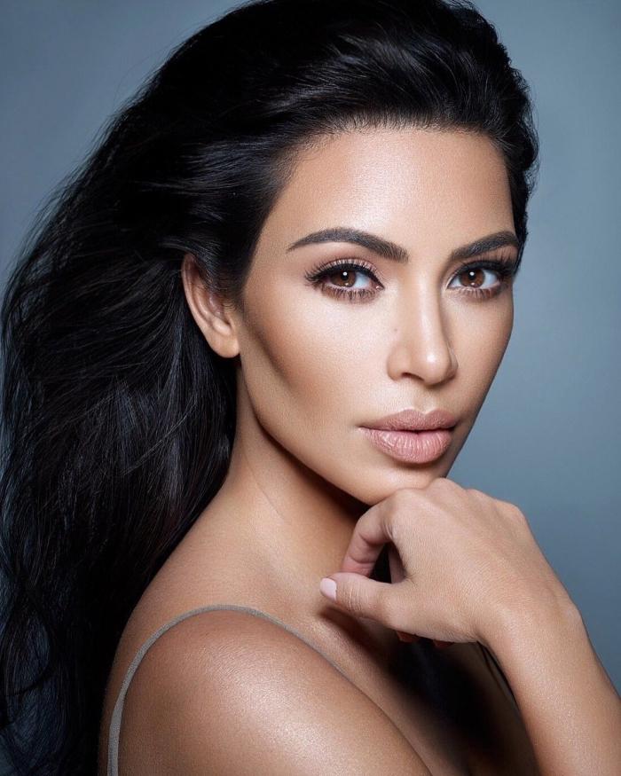 maquillage lumineux sur peau mate, exemple maquillage bronzé pour yeux marron, contouring parfaite de Kim Kardashian