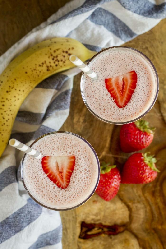 recettes de smoothie fraises et banane, smoothie maison facile et sain décoré de tranches de fraise