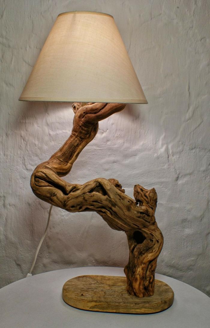 lampe bois flotté, abat-jour et bras en bois flotté, mur blanc, créations en matériaux naturels