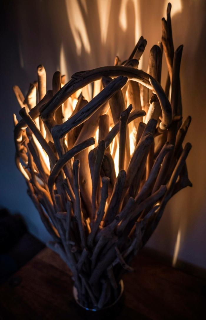 jolie construction en bois flotté, lampe bois flotté design, lueur douce