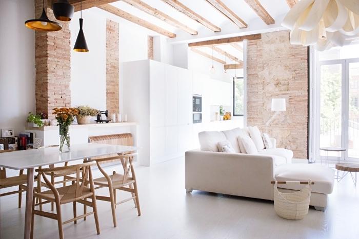 comment aménager un appartement moderne en blanc et bois avec pan de mur en briques, modèle de cuisine blanc avec plafond en poutres bois