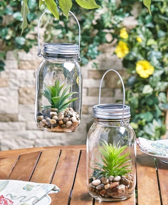 comment recycler des vieux bocaux en verre, idée loisir créatif avec végétaux, plante en bocal fermé avec galets