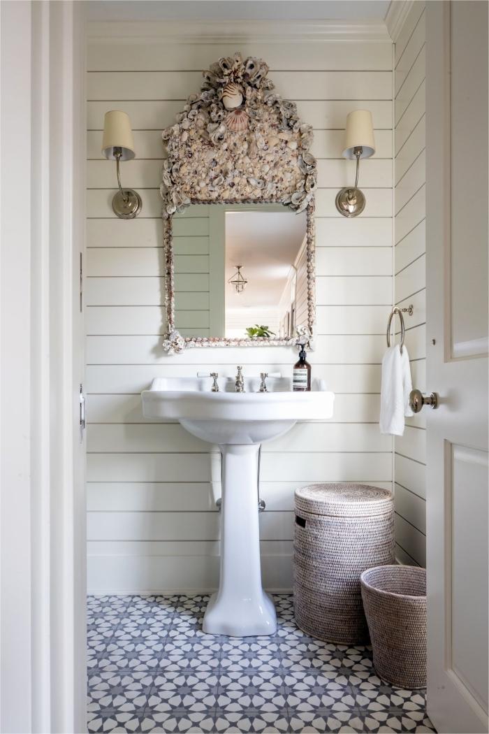 une salle de bain carreaux de ciment au charme d'antan qui s'harmonise avec le lambris blanc et le lavabo vintage d'esprit campagne chic