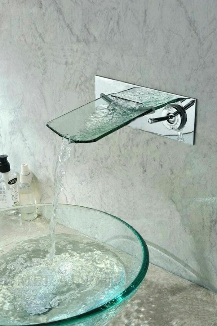 decoration petite salle de bain, lavabo rond en verre transparent, évier en verre transparent, murs recouverts de marbre