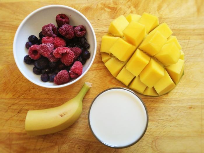 smoothie maison banane, mangue, framboises, lait d'amande ou de coco