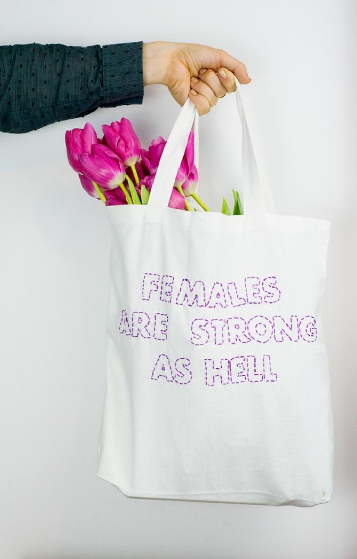 exemple de décoration en fil violet sur tissu blanc, modèle de sac cabas blanc avec broderie lettres inspirantes en fil