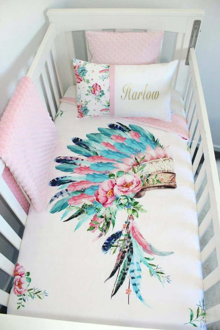 box future maman, linge de lit en tonalités pastels, lit aux barreaux blanc, coussins et couvertures roses, lit de bébé
