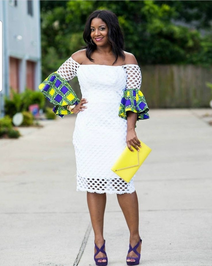 tenue africaine chic et moderne, robe blanche effet dentelle à manches évasées en tissu wax jaune, vert et bleu
