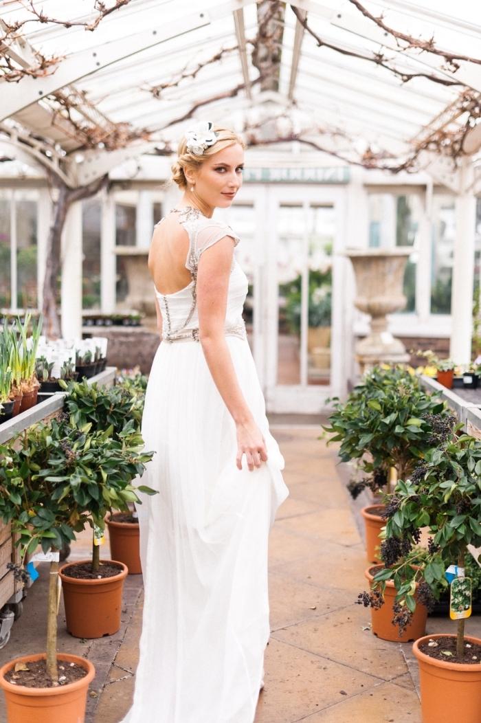 look de mariée vintage en robe de mariée empire à dos semi-ouvert avec un bustier aux appliques dentelle