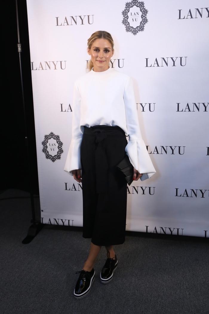 avec quoi porter des derbies, vision élégante en blanc et noir avec jupe longue, modèle de chaussures plates