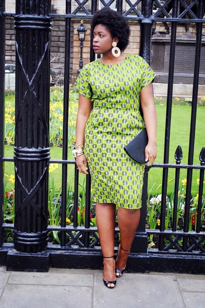 look de working girl avec une robe midi à découpe élégante et stylée à petits motifs africains