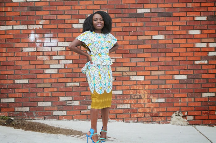 look chic et professionnel en robe péplum modele wax à motifs africains délicats en jaune et bleu sarcelle