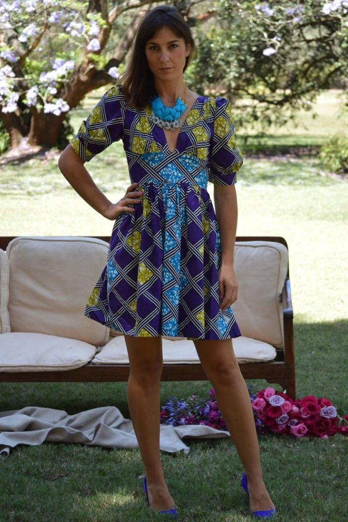 petite robe africaine moderne à manche trois-quart et à motifs africains en jaune et bleu avec des rayures fines qui se croisent
