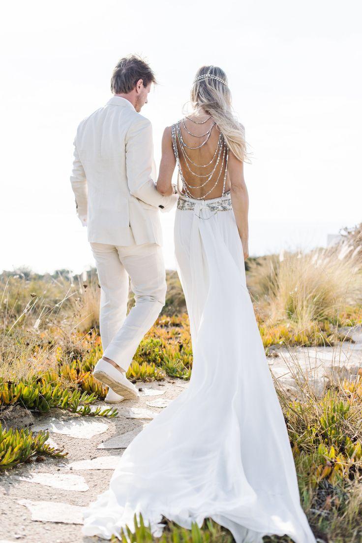 robe mariée dos nu habillé d'un joli bijou de dos bohème chic qui s'accorde avec l'incrustation de cristaux à la taille