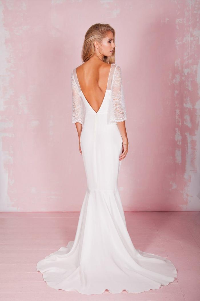 robe de mariée sirène à dos plongeant qui s'arrête juste au-dessus de la taille, avec des manches trois-quart en dentelle fine légèrement évasées