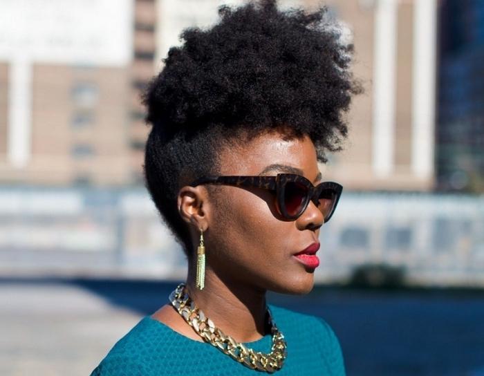 idée de coiffure façon fausse crête avec côtés lisses, modèle de lunettes de soleil à monture design ronde design tigre