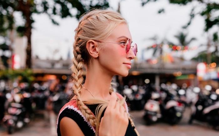 exemple de tresse boxeuse sur cheveux longs blonds, modèle de tresse facile en arrière, quelle coiffure avec tresse