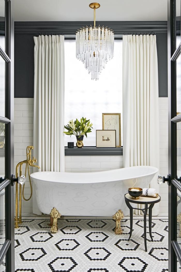 joli modèle de salle de bain à espace limité décorée avec style et classe, modèle baignoire îlot blanche avec pieds dorés
