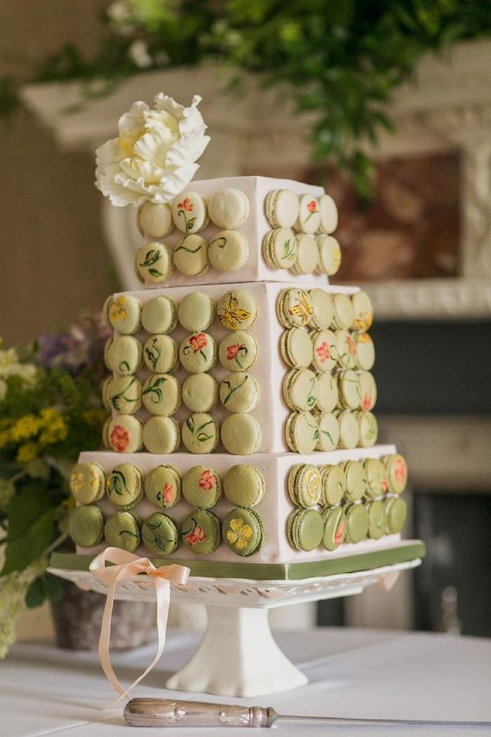 Gateau wedding cake avec macarons verts sur les cotes, mariage gateau original, gateau de mariage de luxe