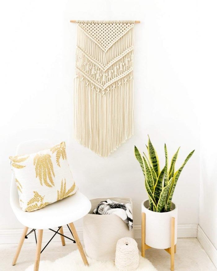design intérieur style bohème moderne aux murs blancs avec meubles de bois clair, exemple de macramé mural DIY facile